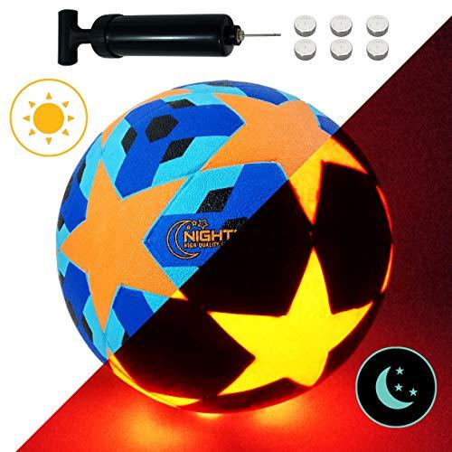 NIGHTMATCH LEUCHTFUSSBALL MIT BALLPUMPE UND ERSATZBATTERIEN - Blue Stars Edition - toller Kinder-Fussball Ball - helle, sensor-aktivierte LED-Beleuchtung - Größe 5, Offz. Größe&Gewicht - Nachtfussball
