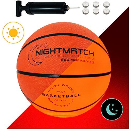 NIGHTMATCH LED Leuchtbasketball - Offizielle Größe 7 - Komplettset - 2 Sensor aktivierte LED's für Spaß im Dunkeln - Ideal für Klein & Groß - Leuchtender Basketball, Ball Leuchtend, Leucht, LED