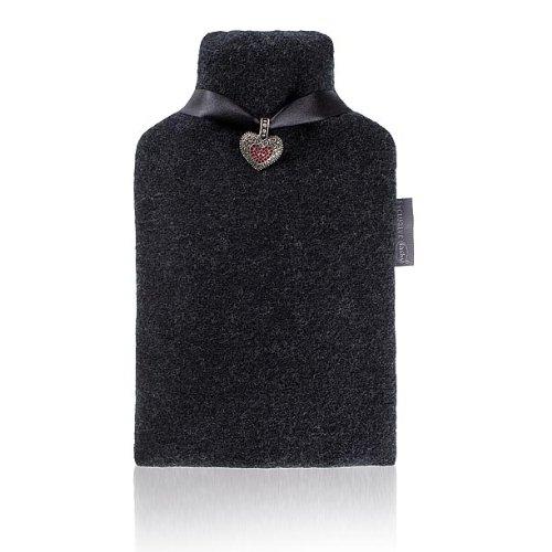 Fashy 6778 Exclusive Wärmflasche mit Lodenbezug und edlem Herzanhänger aus Metall, verpackt in Pet Geschenktasche, 2.0 L