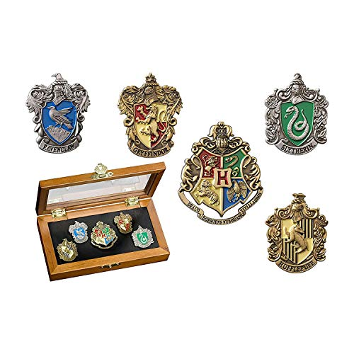 The Noble CollectionHogwarts House Pin - Fünf Stifte in der Vitrine. Harry Potter Edle Sammlung