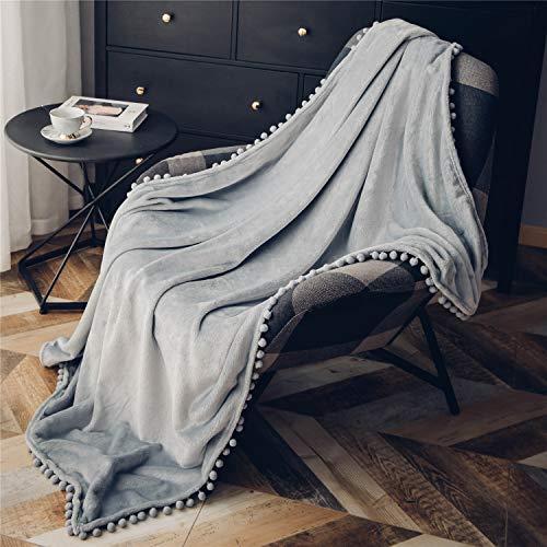 Fleecedecke mit Pom-Poms, kuschelweiche Flauschige Fleece Decke für Couch, Sofa, Bett, verdickte warme Flauschige Decke, Plüsch-Flanellschläfchendecke,130 x 150cm,Hellgrau
