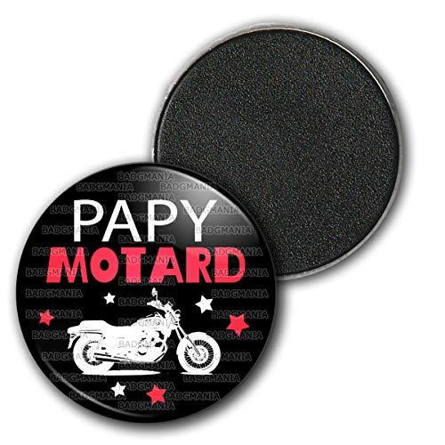 Badgmania Magnet Aimant Frigo 3.8cm Papy Motard - Moto Fond Noir - Humour Idée Cadeau Homme Grands Parents Anniversaire Fête