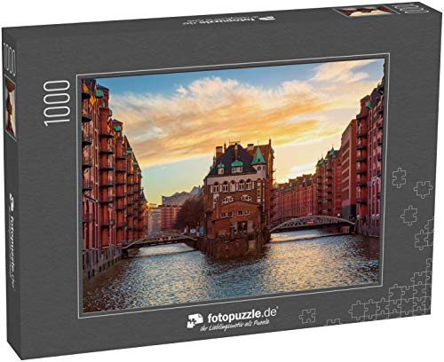 fotopuzzle.de Puzzle 1000 Teile Die Speicherstadt bei Sonnenuntergang in Hamburg, Deutschland. Alte Lagerhallen in der Hafencity in Hamburg