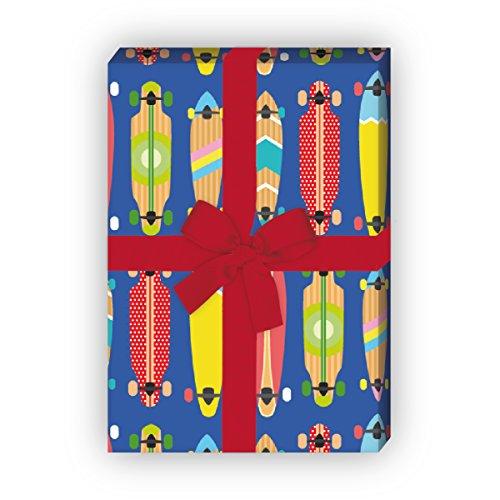 Kartenkaufrausch Buntes Skater Geschenkpapier Set mit coolen Skateboards für tolle Geschenk Verpackung, 4 Bögen Musterpapier, Dekorpapier zum basteln 32 x 48cm, auf blau