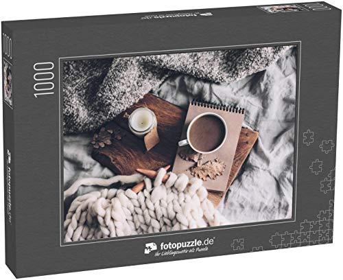 fotopuzzle.de Puzzle 1000 Teile Tasse Kaffee und Kerze auf rustikalem Holzbrett im gemütlichen Bett mit Decke