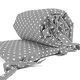 Sugarapple Baby Nestchen Bettumrandung dick gepolstert für Beistellbetten, Kopfschutz und Kantenschutz für babybeistellbetten, Bettnestchen Maße: 170 x 25 cm, Grau mit weißen Sternen