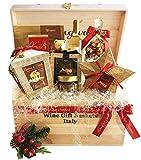 """Un'infinità di squisite praline e cioccolati assortiti che farà impazzire di gioia grandi e piccini. Esclusiva cassetta regalo in legno con """"Auguri"""" impressi esternamente ed internamente e infiocchettata con nastro rosso natalizio. 1 Bottiglia di Vin..."""