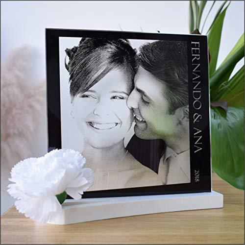 L9 Singular ® Fotografía Personalizada sobre Cristal Grabada con Laser + Estche de presentación. Modelo para Dos Incluye Foto, Nombres y año.