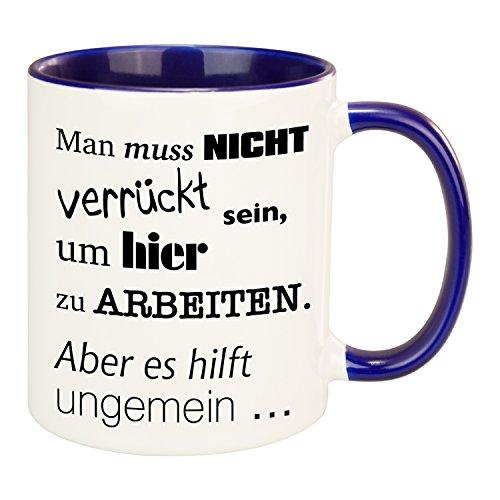 Tasse - Man muss nicht verrückt sein in weiß/dunkelblau: Kaffeetasse bedruckt für Kollegen oder Freunde - individueller großer Keramik Kaffeebecher mit Gravur in mehreren Farben erhältlich