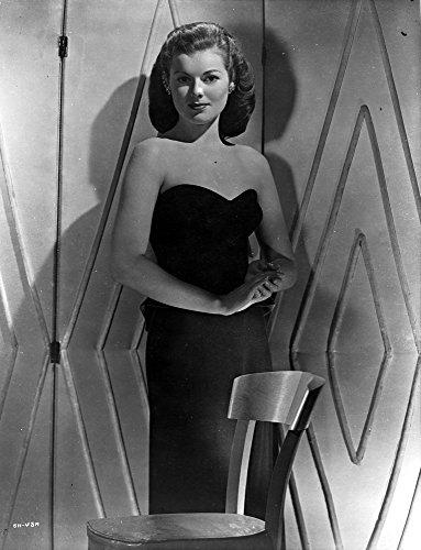 Celebrity Photos Barbara Hale on a Tube Standing Portrait Photo Print (20,32 x 25,40 cm)
