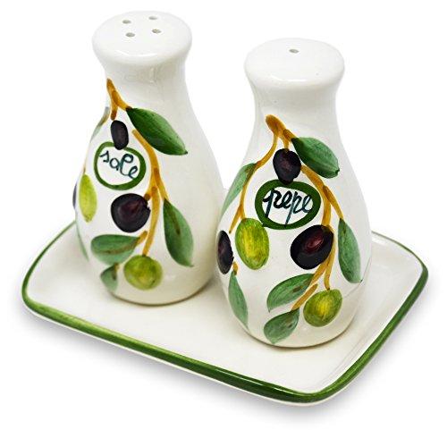 Lashuma Handgemachter Salzstreuer und Pfefferstreuer aus Italienischer Keramik, 3-teilig im Olivendesign mit Tablett, Größe 14 x 8 cm