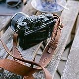 hecho. Kameragurt (Dark Wood) - Handgefertigter Kamera Gurt | Echtes Leder | Fair-Trade (Kamera Tragegurt für DSLR, DSLM und Vintage Kamera von Sony, Canon, Pentax, Nikon, Olympus, Leica, Fujifilm)