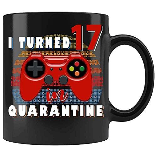 N\A Cumplí 17 años en cuarentena Taza de café de Jugador Taza Divertida de cumpleaños, Taza de Amante de los Juegos, Taza de Jugador. Cerámica (Negro, 11 OZ)