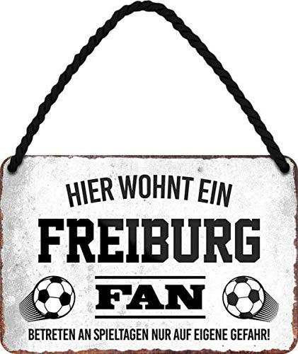 N / A Hier wohnt EIN Freiburg Fan Fußball 18 x 12 cm Blechschild Hängeschild HS14