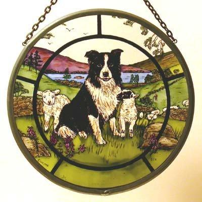 Décoratif peint à la main en forme de vitrail Attrape-soleil/Patch Collie dans un et les agneaux.