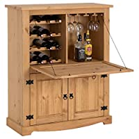 Dimensions du meuble bar à vins TEQUILA (L x H x P) : 98 x 121 x 40 cm Ce bahut est fabriqué en pin massif recouvert à la finition teintée et cirée, la madrure du bois reste donc visible, les poignées décoratives et les ferrures sont en métal de colo...