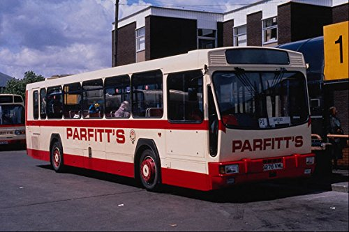 581041 Parfitt's Van Rhymney Bridge Ran Deze zeldzame Renault Bus A4 Photo Poster Print 10x8