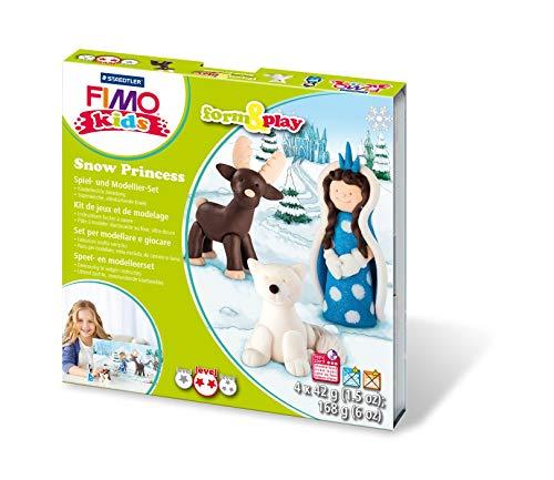 Staedtler 8034 18 LY Schnee-Prinzessin Fimo kids form&play Set (superweiche, ofenhärtende Knete, Anleitung, wiederverschließbare Box, Set mit 4 Blöcken, 1 Modellierstab und 1 Spielkulisse)