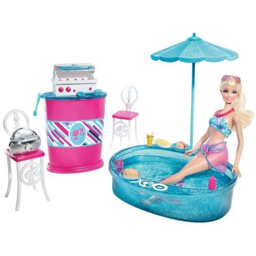 Barbie T9082 - Barbie Deluxe mobili e bambola (barbecue con piscina)