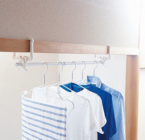 こちらは鴨居や長押にひっかけて使うフックです。干すものの量に合わせて伸縮ポールを調整できます。少しだけ干したいときなど、部屋を圧迫せずに使えます。翌日の洋服セットをかけておけば、朝の支度もスムーズです。