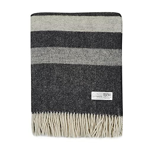 Cozy Blankets Wolldecke   100prozent Wolle aus Neuseeland   Ideal als Überwurf Decke/Sofadecke   Schurwolle Blanket mit Fransen in Verschiedene Farbstreifen Design (140 x 200 cm) (Schwarz-Grau-Weiß)