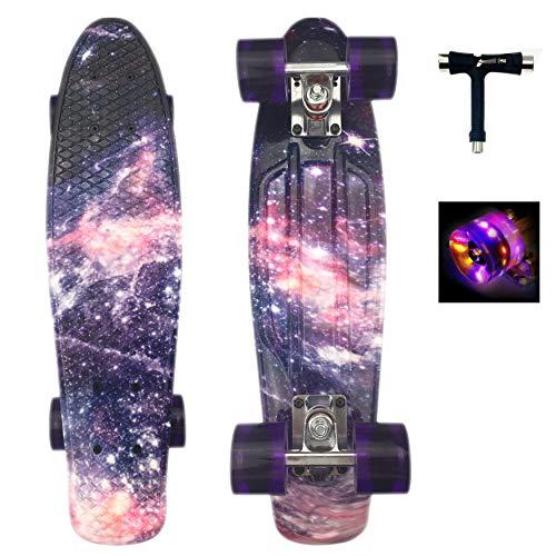 Sumeber Skateboard Kinder Mini Cruiser Skateboard Komplette 22 Zoll mit LED Leuchtrollen für Erwachsene Kinder Anfänger Mädchen Jungen Geburtstagsgeschenk (Galaxis)