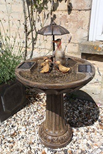 Smart Garden Fontaine de jardin solaire aspect bronze ornée d'une famille de canards sous un parapluie