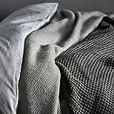 URBANARA 220x240 cm Wolldecke 'Gotland' Olivgrün/Eierschale — 100prozent Reine skandinavische Wolle — Perfekt als Überwurf, Plaid oder Kuscheldecke für Sofa & Bett — Warme Decke aus Schurwolle mit Fransen