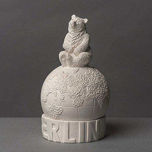 Berliner Bär sitzend auf Globus Skulptur aus hochwertigem Zellan, echte Handarbeit Made in Germany, Figur Geschenkidee, Büste in weiß, 12cm