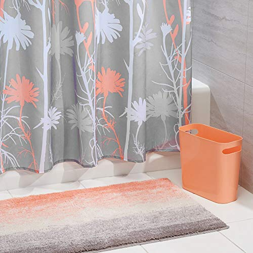 mDesign 3er-Set Bad-Accessoires – Badgarnitur aus Polyester-Duschvorhang mit Blumenmuster, Antirutsch-Badteppich aus Mikrofaser & 5,7 l Mülleimer – farbenfrohes Badezimmer-Set – Koralle/grau