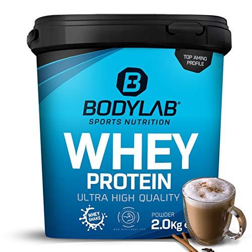 Protein-Pulver Bodylab24 Whey Protein Latte Macchiato 2kg / Protein-Shake für Kraftsport und Fitness / Whey-Pulver kann den Muskelaufbau unterstützen / Eiweiss-Pulver mit 80{2a3abe728655817d3ac87be21012ddfda1557a7e38b09f4b5c557e47d3a4902e} Eiweiß / Aspartamfrei