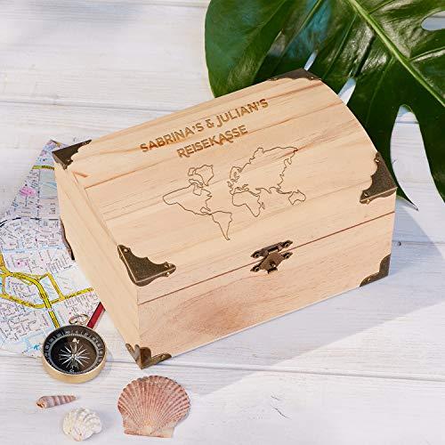Geschenke.de Personalisierbare Geld Schatztruhe mit Gravur als Reisekasse – Urlaub Spardose für personalisierte Geschenke Männer oder Geschenk für Frauen, Schatztruhe Geldgeschenk klein - 2