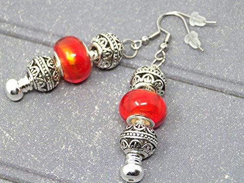 Pendientes charms Thurcolas modelo Manhattan con perlas de metal y cristal rojo.