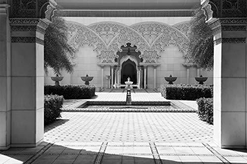 Fototapete selbstklebend   Marokkanische Architektur   in schwarz-weiß 150x100 cm   Bildtapete Fotoposter Poster - Bauwerk Innenhof Brunnen