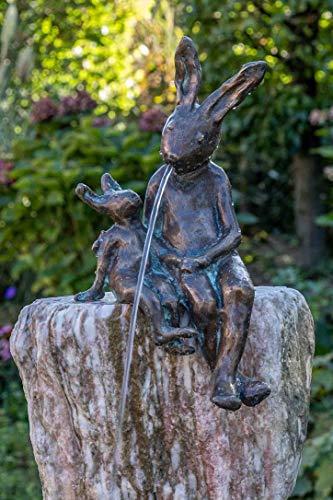 IDYL Rottenecker Bronze-Skulptur Hasenpaar sitzend wasserspeiend | 34x17x20 cm | Wasserspeier aus Bronze handgefertigt | Gartenskulptur oder Teich-Dekoration | Hochwertiges Kunsthandwerk | Wetterfest