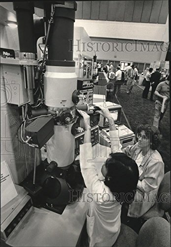 Vintage Photos 1988 Press Photo Demonstration of Philips CM/12 Transmission Electron Microscope