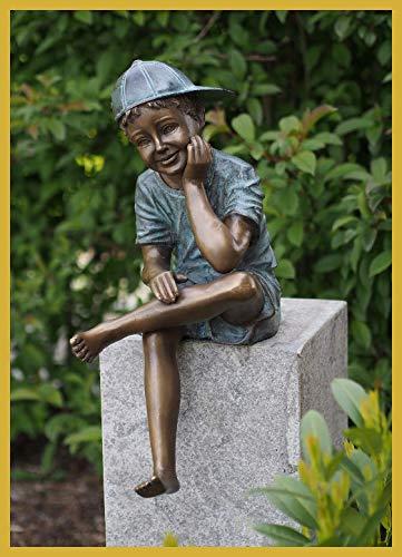 IDYL Escultura de bronce de niño sentado con una tapa, 59 x 24 x 36 cm, figura infantil de bronce, hecha a mano, decoración de jardín o salón, artesanía de alta calidad, resistente a la intemperie