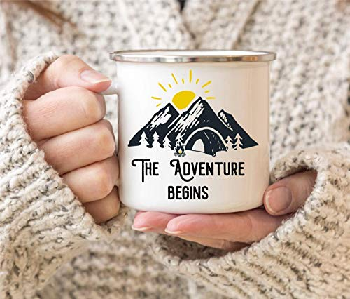 Emaille Tasse The Adventure begins | Blechtasse mit Aufdruck | ideal als Campinggeschirr für Wanderer oder Festival | Emaille-Becher bruchsicher