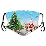 Cómoda cubierta para la cara, resistente al viento, renos con campanas Jingle que se reúnen alrededor del padre árbol festivo de Navidad con regalos, decoraciones faciales impresas para todos.