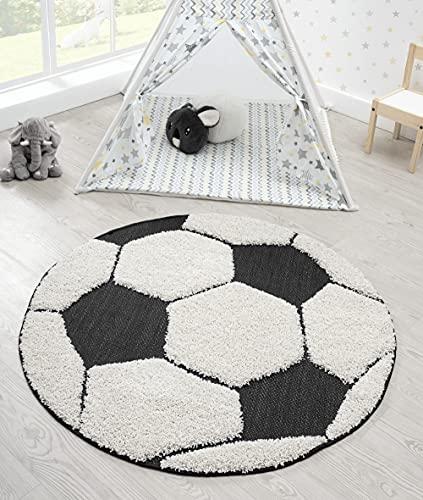 the carpet Lou Weicher Kuscheliger Kinderteppich, Weicher Kuschel-Flor, Pflegeleicht, Farbecht, Outdoor, 3D Optik, Fussball Motiv, Schwarz-Creme, 120 cm Rund