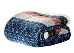 """INCLUDES: (1) throw blanket MATERIAL: 100% Polyester FEATURES: Ultra cozy signature pattern on printed, brushed fleece reversible to plush sherpa fleece DIMENSIONS: 50"""" x 70"""" CARE INSTRUCTIONS: Machine washable for easy care. Machine wash cold, separ..."""