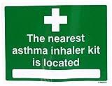 VSafety 31040AX-S- Señal de primeros auxilios con texto en inglés''The Nearest Asthma Inhaler Kit Is Localizad', autoadhesiva, horizontal, 200 mm x 150 mm, color verde