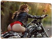 ERZANビンテージ 看板かわいいホット セクシーな女の子がオートバイの車に乗る クールなオートバイの女性 素敵なお尻ブリキ 看板金属錫看板20X30cm