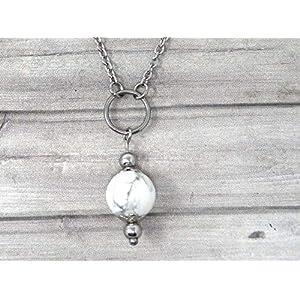 Chokerhalskette für Frau aus Edelstahl mit Ringen und weißen Howlite-Perlen