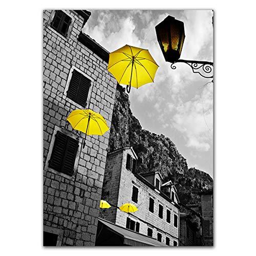 Geiqianjiumai Canvas poster muur kunst foto schilderij thuis decor moderne zwart-wit stadsgebouw met paraplu gele motorfiets foto