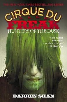 Paperback Cirque du Freak #7: Hunters of the Dusk : Book 7 in the Saga of Darren Shan Book