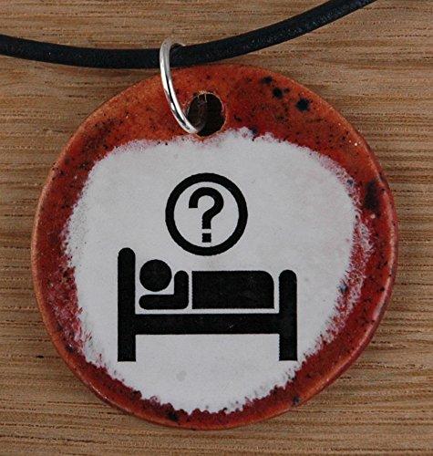 Echtes Kunsthandwerk: Toller Keramik Anhänger mit einem Bett; aufwachen, Alkohol, Hotel, verwirrt