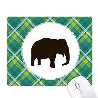 黒い象のかわいい動物の描写 緑の格子のピクセルゴムのマウスパッド