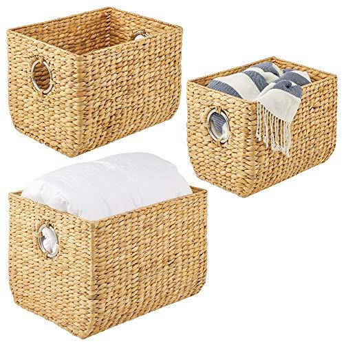 mDesign Juego de 3 cestas Trenzadas con Asas – Organizador de estantes para Dormitorio, salón, baño o Pasillo – Atractivas cestas Decorativas de Jacinto de Agua – Color Natural