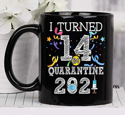 Cumplí 14 años en cuarentena 2021 14 años Celebración del 14 ° cumpleaños Año de nacimiento personalizado Taza de cerámica Tazas de café gráficas Tazas negras Tapas de té Novedad personalizada 11 oz